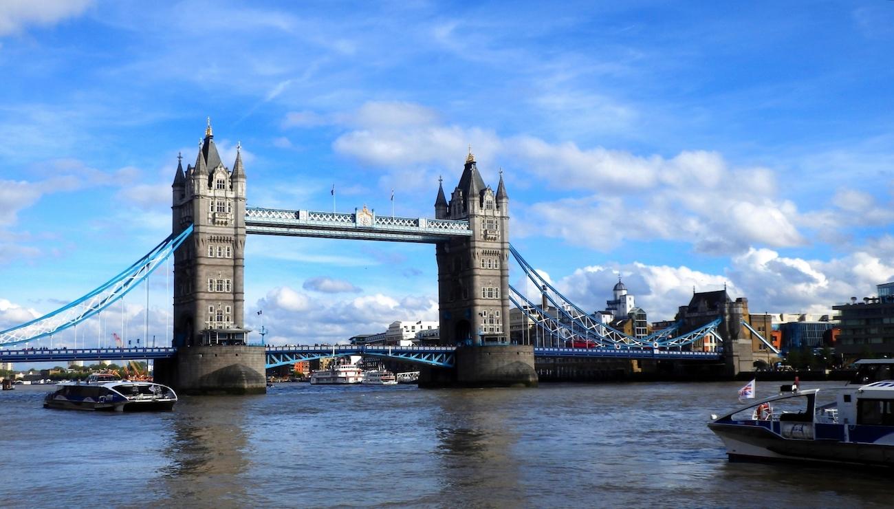 ロンドンのタワーブリッジとテムズ川